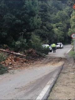Foto del deslizamiento que afectó la vía Bogotá-Choachí este jueves, con paso a un solo carril