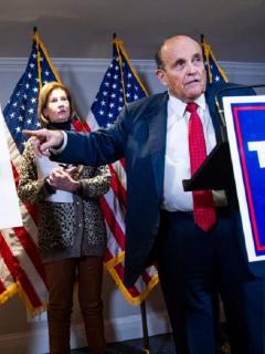 Rudy Giuliani, abogado de Trump, exponiendo sus teorías sobre el supuesto fraude en las elecciones de Estados Unidos.