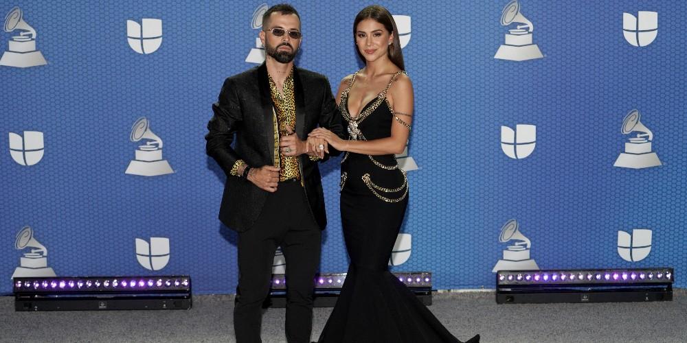 Mike Bahía y Greeicy, en los Grammy Latinos 2020.