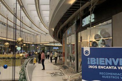 Una de las secciones del cielorraso del centro comercial cedió y cayó sobre un frecuentado pasillo.