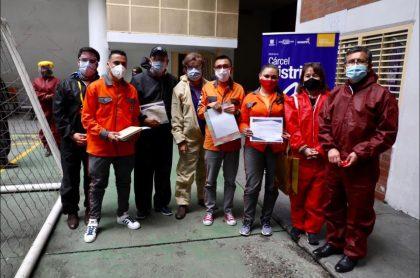 Imagen de los reclusos y del guardián que ganaron premios en concurso de cuento en la Cárcel Distrital