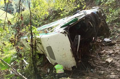 Bus cayó a un abismo; 4 personas murieron y hay más de una decena de heridos