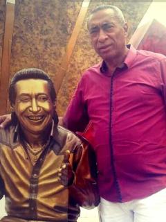 Romualdo Brito, quien murió en un accidente de tránsito del que revelaron quién iba manejando, en una foto en la estatua de Diomedes Díaz.