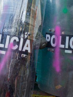 Dos agentes del ESMAD durante protestas en Bogotá. (Imagen de referencia).