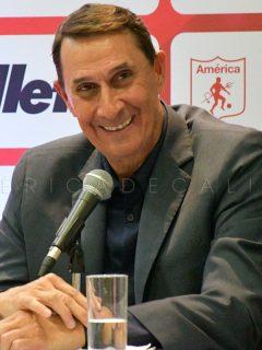 Alexandre Guimaraes, técnico costarricense que salió campeón con América y podría llegar a Nacional.