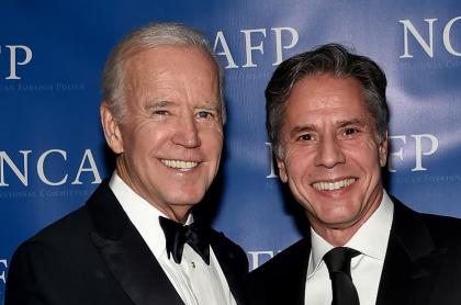 El presidente electo de EE.UU. Joe Biden (izq.) y Antony Blinken, a quien nombraría este martes como secretario de Estado, aparecen en octubre de 2017 en la cena de gala de premios del Comité Nacional de Política Exterior Americana, en Nueva York.