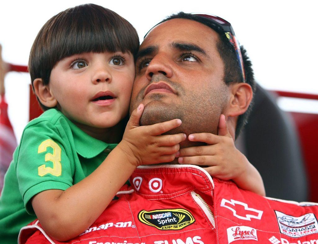 Juan Pablo Montoya y su hijo Sebastián Montoya de niño, que hoy ya es un piloto juvenil / AFP