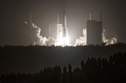 Un cohete Long March 5 que lleva la sonda lunar Chang'e-5 de China despega del Centro Espacial Wenchang en la isla de Hainan, en el sur de China, el 24 de noviembre de 2020.