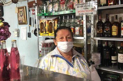 Doña Ceci reabre las puertas de su negocio en el centro de Bogotá.