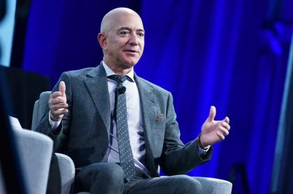 Jeff Bezos, el hombre más millonario del mundo, que gana bastante dinero por minuto, hora y día.