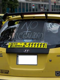Taxi que protesta ilustra nota sobre rutas que tomarán taxistas en paro en Bogotá