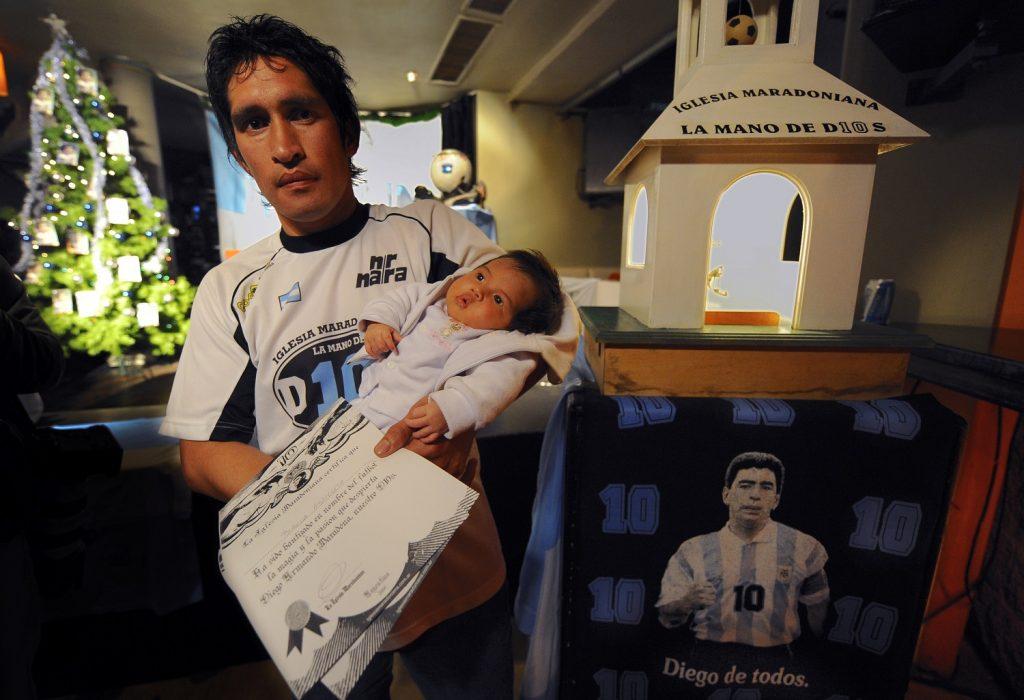 Asistente de la Iglesia Maradoniana, en honor a Diego Armando Maradona /AFP