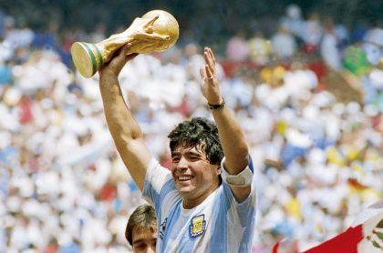 Diego Maradano levantando la Copa mundo en México 1986.
