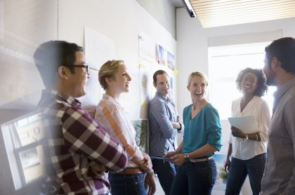 Personas en oficina para ilustrar nota sobre las carreras profesionales más demandadas