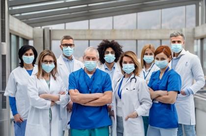Foto de ofertas laborales para médicos en Colombia.