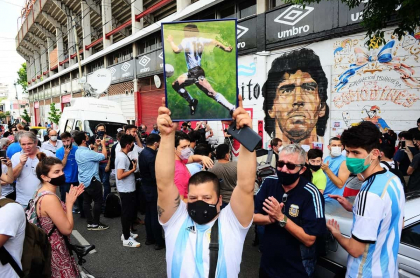 El estadio Diego Armando Maradona volvió a llenarse en plena pandemia por la muerte del 10.