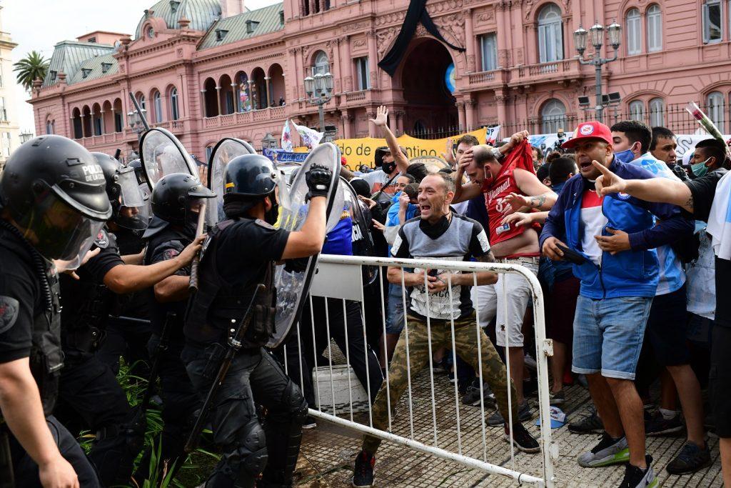 Enfrentamiento entre policías y aficionados de Diego Maradona, en <a href=