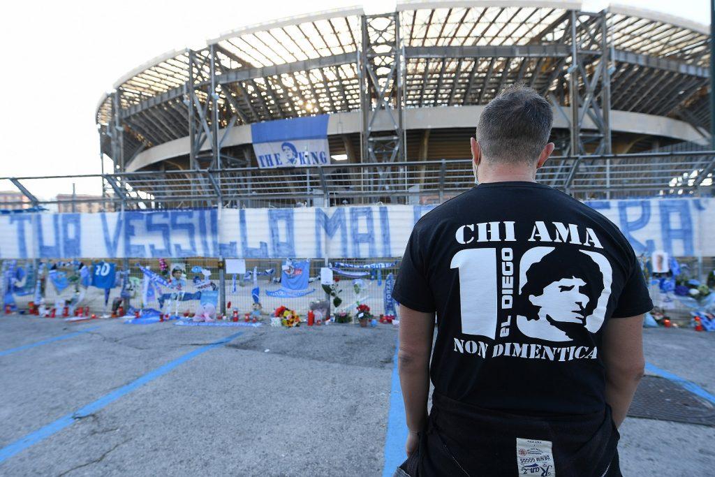 Aficionado en estadio de Napoli, despidiendo a Diego Maradona /Getty Images