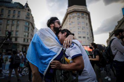 Aficionados lloran la muerte de Diego Maradona