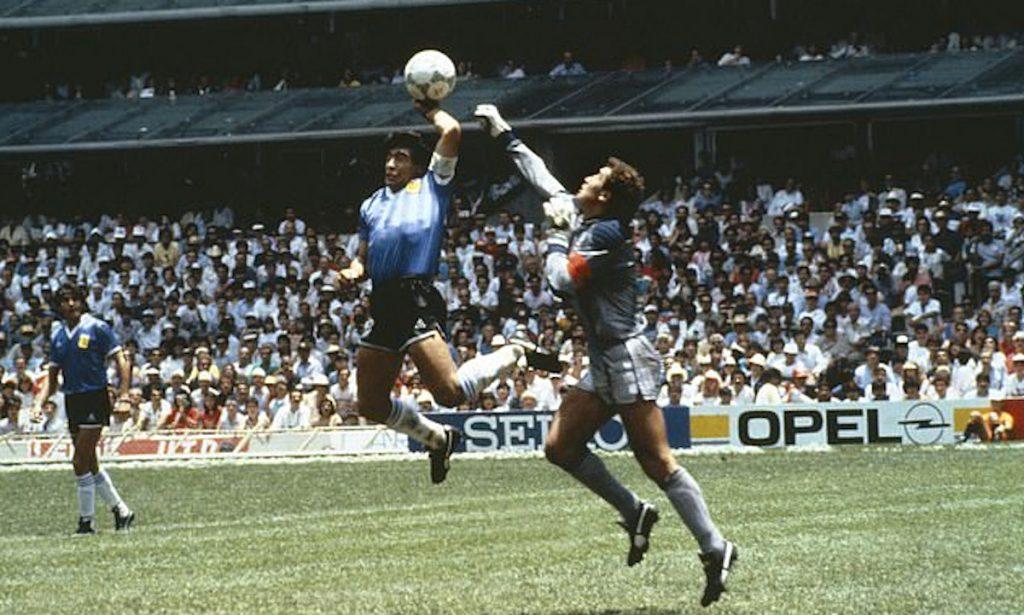 Getty / Maradona le marca a Shilton un gol con la mano, en 1986.