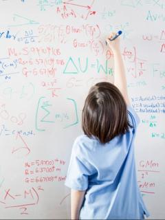 Niña hace apuntes en tablero, ilustra nota de niña que sufrió de bullying tiene IQ más alto que Albert Einstein