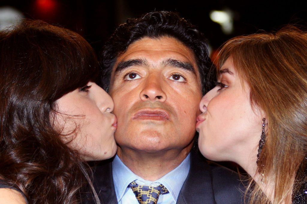 Diego Maradona y dos de sus hijas /AFP