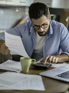 Hombre con problemas financieros para ilustrar nota sobre cómo deshacerse de las deudas