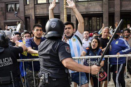 fanáticos se enfrentan a la policía en cercanías a la casa Rosada, donde velan a Maradona.
