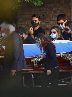 En una ceremonia restringida a su familia y amigos más cercanos, Diego Armando Maradona fue enterrado en un cementerio privado.