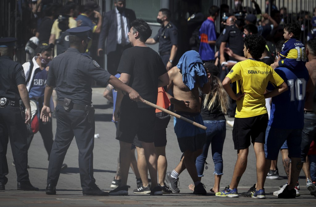 La presidencia argentina se dio cuenta de que la cantidad de gente era demasiada y se decidió cerrar la cámara ardiente / AFP.