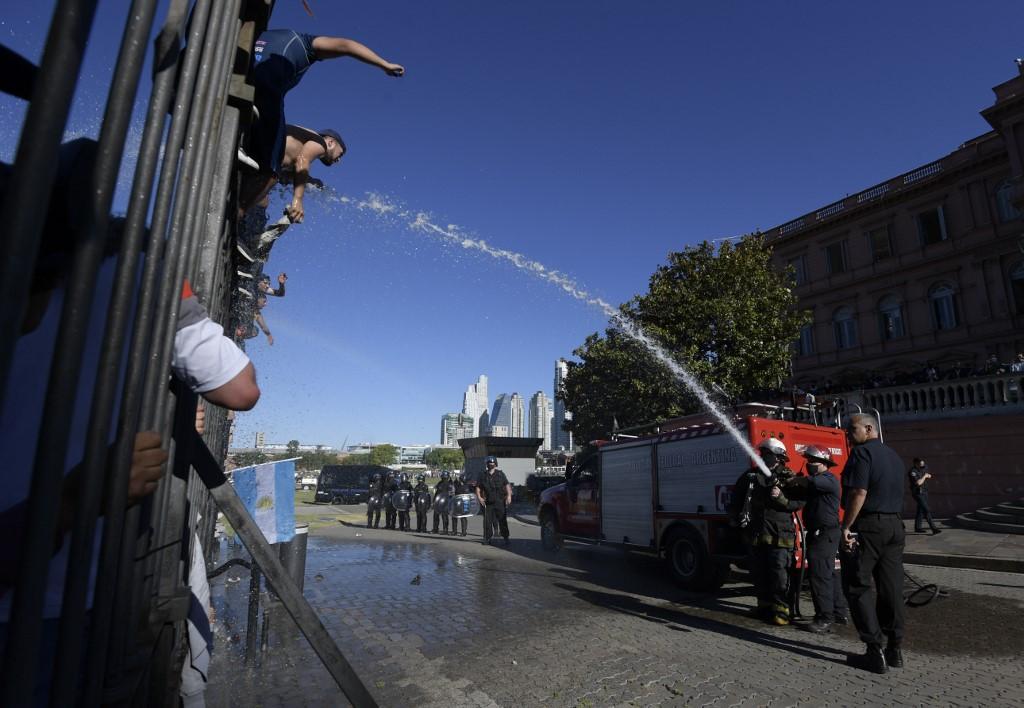 Incluso, fue necesario lanzarle agua a algunas personas que intentaron entrar a la fuerza a la Casa Rosada / AFP.