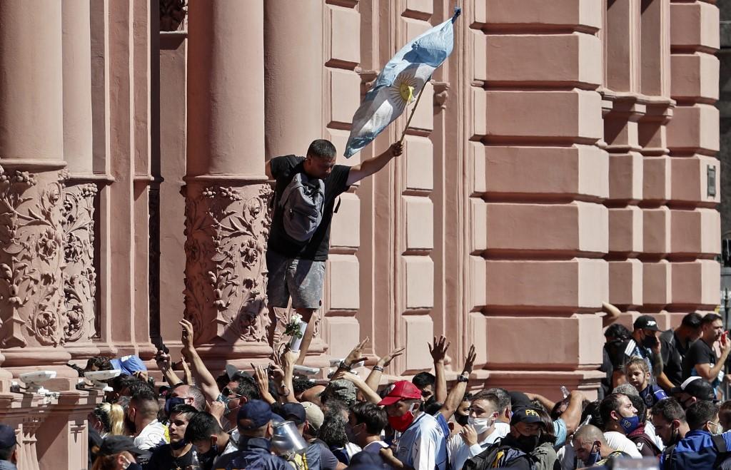 Y es que miles de personas desfilaron desde las 6:00 de la mañana de este jueves ante los restos de Maradona / AFP.