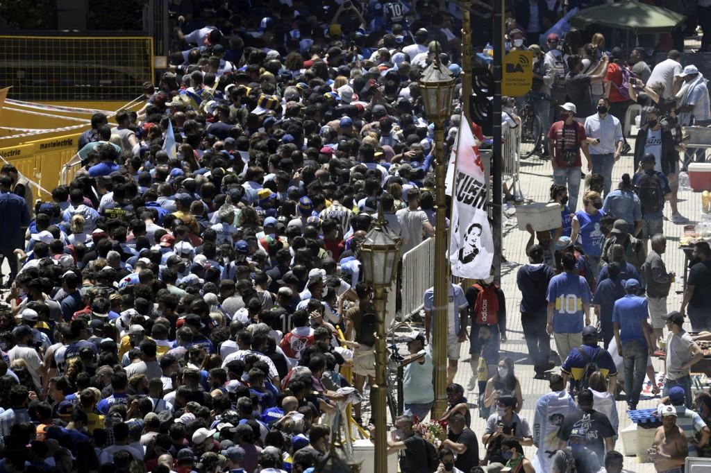 Hubo choques entre la policía y miles de personas que querían ingresar a la sede de gobierno para darle el último adiós a Diego Maradona / AFP.