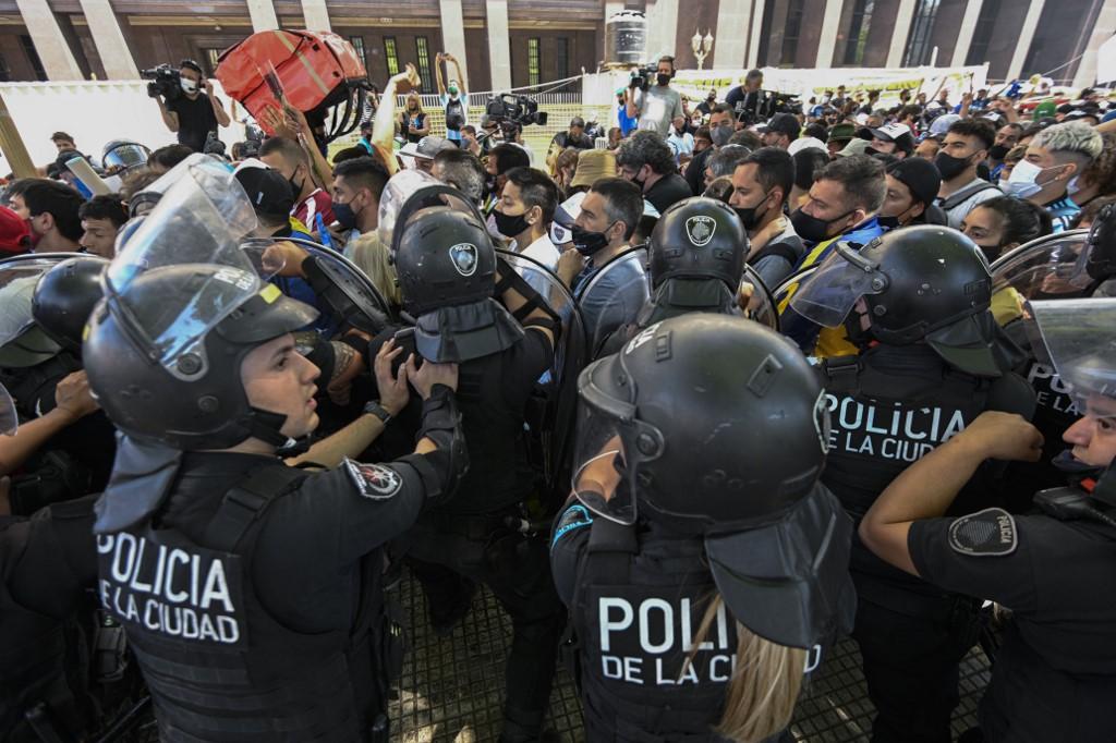 Las filas de seguidores del se extendieron por más de 2 kilómetros y se desataron incidentes con la policía en los alrededores de la casa de gobierno / AFP.