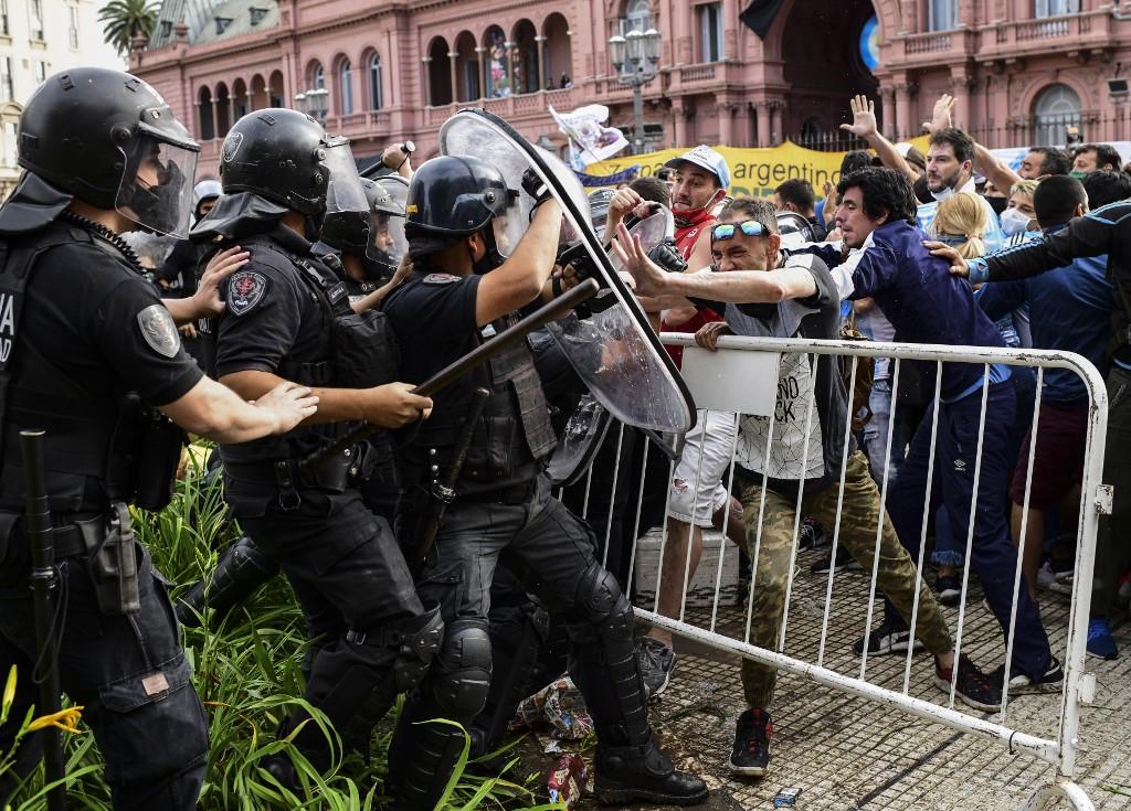 Algunos fanáticos intentaron adelantarse en las colas y hasta derribaron algunas vallas de seguridad / AFP.