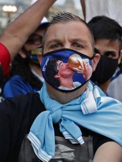 Las multitudes que se congregaron en Buenos Aires para despedir a Diego Armando Maradona podrían ser enormes focos de contagio de COVID-19.