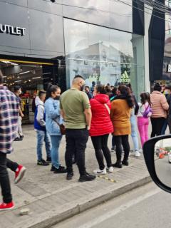 Compradores en outlets de Bogotá para aprovechar descuentos del Black Friday.
