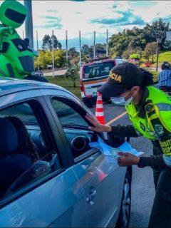 Imagen de una agente de Policía que ilustra información sobre propuesta en la Cámara para rebajar precio de multas durante cuarentena