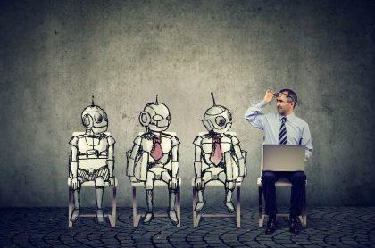 Hombre compitiendo con robots para puesto de trabajo para ilustrar nota sobre profesiones que podrían desaparecer por la inteligencia artificial
