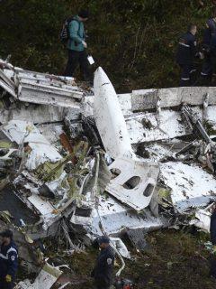 Rescate de los cuerpos después del accidente del avión de Lamia que llevaba al Chapecoense.