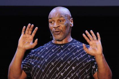 Mike Tyson, quien volverá a pelear luego de 15 años, durante un acto público.