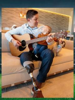 El exarquero del Chapecoense posando su su hijo mientras toca la guitarra.