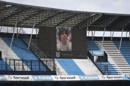 Homenaje a Diego Maradona en el estadio Presidente Perón, en Avellaneda, Buenos Aires, uno de los tributos que se le rindieron en la liga argentina este sábado.