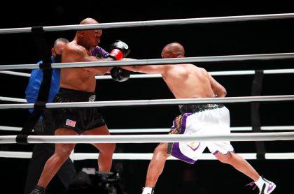 Roy Jones Jr. golpea a Mike Tyson en el primer round de la pelea que terminó en empate, este 29 de noviembre, entre los 2 excampeones mundiales de boxeo.
