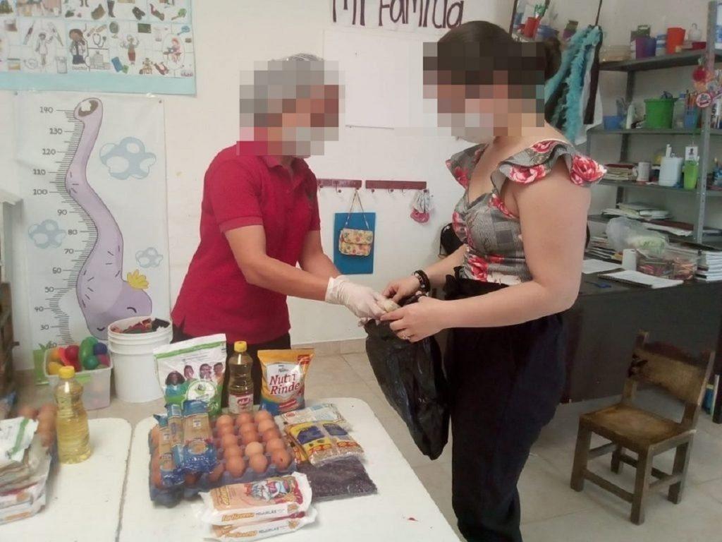 Contratistas del Bienestar Familiar entregando comida por el programa Canastas Nutricionales. / ICBF