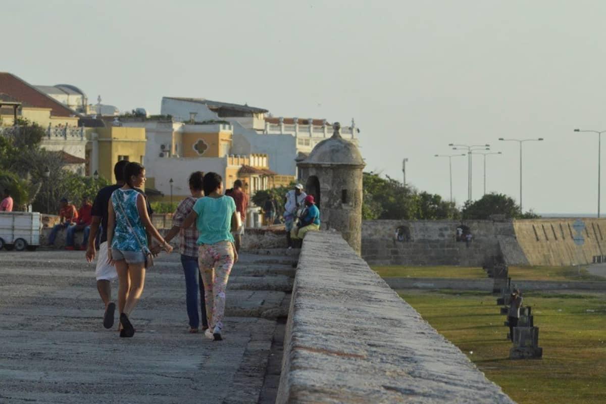 Las restricciones que hay en la ciudad amurallada de Cartagena por el toque de queda y la ley seca.