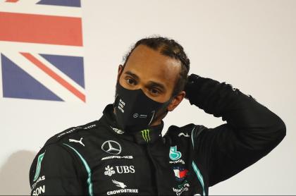 Lewis Hamilton, que dio positivo para coronavirus, reacciona en el podio después del Gran Premio de Fórmula Uno de Baréin, el 29 de noviembre de 2020.