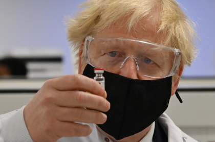 El primer ministro Boris Johnson supervisa las vacunas con las que comenzará a inocular a la población británica desde la próxima semana.