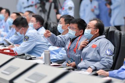 Científicos del centro de control de la misión observan cuando la sonda se posó en la superficie lunar.
