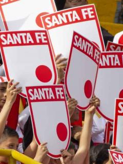 Escudos de Independiente Santa Fe ilustra nota sobre demanda que perdió el equipo por nombre de la marca